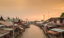 2015-17-Oct : Amphawa, Samut Songkhram - coucher du soleil de crépuscule de silhouette Photographie stock libre de droits