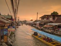 2015-17-Oct: Amphawa, Samut Songkhram - de zonsondergang van de Silhouetschemering Stock Foto