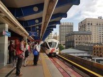 13 oct 2016, Kuala Lumpur De mensen die voor LRT wachten op leiden bij Centrale Marktlrt Post op Stock Foto