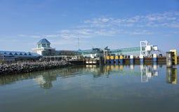 7 Oct, 2015 Lewes Delaware: De autoveerboot van kaaphenlopen komt bij het dok in Lewes Delaware aan Stock Foto