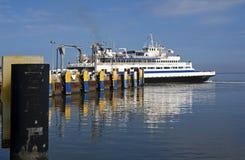 7 Oct, 2015 Lewes Delaware: De autoveerboot van kaaphenlopen komt bij het dok in Lewes Delaware aan Stock Fotografie
