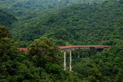 OCT Shenzhen Meisha strumienia Wschodnia Herbaciana dolina wyginający się rozszerzenie lasy w górach trenuje kolej Zdjęcie Stock