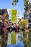 """Oct, 2018 van LONDEN, het UK †""""21: Rijen van woonboten en smalle boten op de kanaalbanken bij het Kanaal van de Regent naast Pa stock foto"""