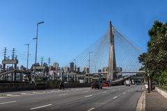 Octavio Frias Bridge eller Ponte Estaiada - Sao Paulo, Brasilien Arkivbilder