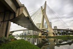 Octavio Frias de Oliveira Bridge (Ponte Estaiada) à Sao Paulo, Brésil Photos stock