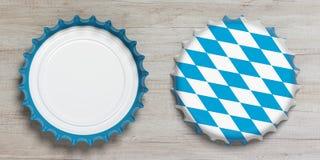 Octoberfest, Front und hintere Ansicht von Bierkappen mit der Bayernflagge lokalisiert auf hölzernem Hintergrund, Draufsicht Abbi Stockfoto