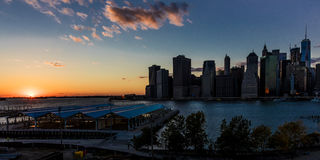 24 octobre 2016 - BROOKLYN NEW YORK - horizon de New York City comme vu de Brooklyn au coucher du soleil Photos libres de droits