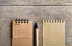 octobre Feuille de calendrier sur le fond en bois Image stock