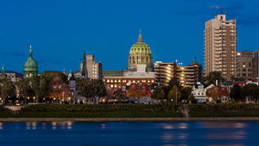 25 octobre 2016 - HARRISBURG, la PENNSYLVANIE, horizon de ville et capitol d'état ont tiré au crépuscule de la rivière Susquehann Photographie stock libre de droits