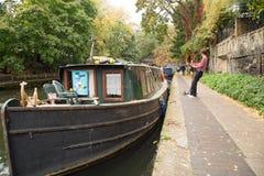 Octobre 2017, Islington Londres, une péniche sur le canal chez Islington Photos stock