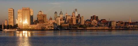 15 octobre 2016, Philadelphie, les skyscrappers de PA et l'horizon au lever de soleil réfléchissent la lumière d'or dans le fleuv Images stock