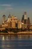 15 octobre 2016, Philadelphie, les skyscrappers de PA et l'horizon au lever de soleil réfléchissent la lumière d'or dans le fleuv Image libre de droits