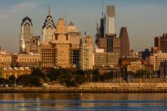 15 octobre 2016, Philadelphie, les skyscrappers de PA et l'horizon au lever de soleil réfléchissent la lumière d'or dans le fleuv Photos libres de droits
