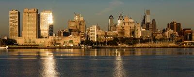 15 octobre 2016, Philadelphie, les skyscrappers de PA et l'horizon au lever de soleil réfléchissent la lumière d'or dans le fleuv Photos stock