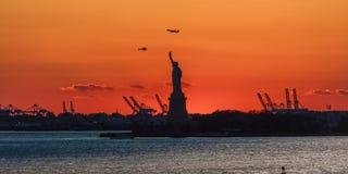 23 octobre 2016, statue de coucher du soleil de liberté Port de NYC, Manhattan - tirée de Brooklyn en noir et blanc Images stock