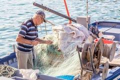 20 octobre 2014 Syracuse, Italie : Pêcheur supérieur se démêlant le Th images stock