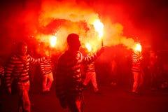 17 octobre 2015, transporteurs de torche au cortège du feu de Hastings Photos stock
