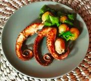 Octopustentakels met Aardappelen in de schil royalty-vrije stock afbeelding