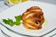 Octopusvoedsel op witte plaat Royalty-vrije Stock Foto's