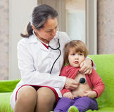 Octor, das 2 Jahre Baby mit Stethoskop überprüft Stockbilder