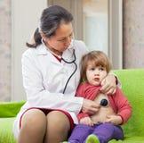 Octor examinant 2 ans de bébé avec le stéthoscope Images stock