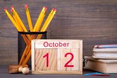 Octubre 12,2009 calendario de madera del primer Planeamiento del tiempo y fondo del negocio imagenes de archivo