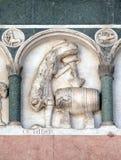 Octubre, detalle del bajo-alivio que representa el trabajo de los meses del año, catedral en Lucca, Italia Imagenes de archivo