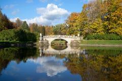 Octubre en el río Slavyanka Ajardine con viejo por el puente de Viskontiev en parque del palacio de Pavlovsk St Petersburg fotos de archivo