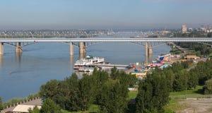 Octyabrsky bro över floden Ob i Novosibirsk i sommar Royaltyfri Fotografi