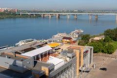 Octyabrsky bro över floden Ob i Novosibirsk i sommar Royaltyfria Foton