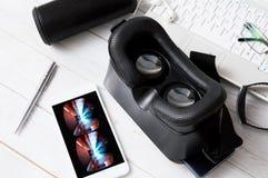 Ocular y smartphone de VR con el juego del coche de VR foto de archivo libre de regalías
