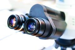 Oculari del microscopio del laboratorio fotografia stock libera da diritti