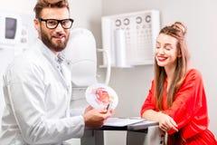 Oculista con el paciente Foto de archivo libre de regalías