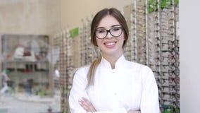 Oculista At Eyeglasses Store, ritratto dell'optometrista sorridente video d archivio