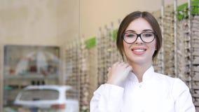 Oculista At Eyeglasses Store, ritratto dell'optometrista sorridente stock footage