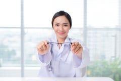 044b8373d9fdd6 Glaces Neuves Optométriste Donnant Les Lunettes Asiatiques De Femme ...