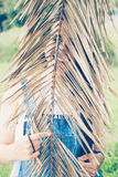 Ocultación adolescente divertida de la muchacha Foto de archivo