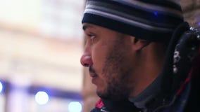 Ocultación criminal sospechosa en el backstreet, hombre que mira alrededor, para víctima que espera almacen de video