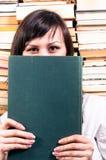 Ocultación de la muchacha del estudiante Imágenes de archivo libres de regalías