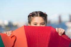Ocultación de problemas El chispear positivo y brillante fant Situación linda del niño de la muchacha con el paraguas colorido Ni imagenes de archivo