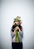 Ocultación detrás de las flores Foto de archivo