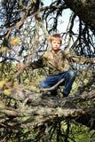 Ocultación joven del cazador del muchacho Imagen de archivo libre de regalías