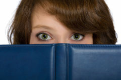 Ocultación hermosa de la muchacha Imágenes de archivo libres de regalías