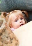 Ocultación linda de la chica joven Imagen de archivo libre de regalías