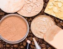 Ocultadores, fundação, pó em feijões de café fotos de stock royalty free