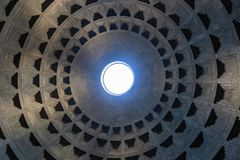 Oculus dans le dôme du Panthéon de l'intérieur, temple romain antique célèbre photographie stock
