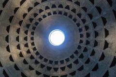 Oculus i kupolen av panteon från insidan, berömd forntida romersk tempel arkivbild