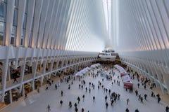 Oculus inre av den vita World Trade Centerstationen med folk i NYC Arkivfoton