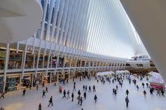 Oculus inre av den vita World Trade Centerstationen med folk i NYC Royaltyfria Bilder