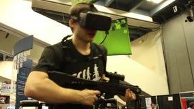 Oculus Rift Virtual Reality Gaming: Usuario con las auriculares y el arnés de VR metrajes